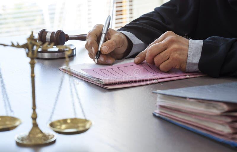 Waży sprawiedliwość z sędziego młoteczkiem na stole fotografia stock