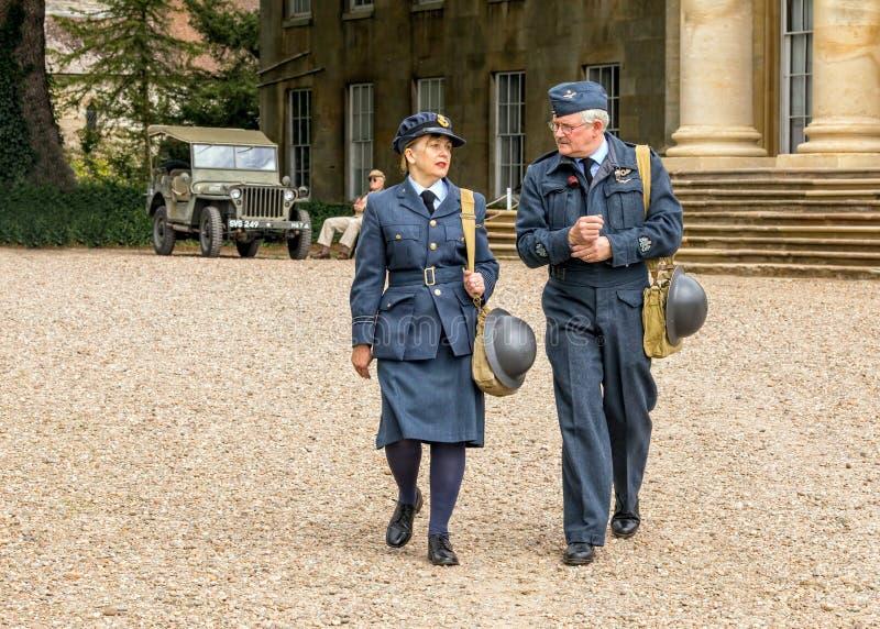 WAAF-Ambtenaar met RAF Warrant Officer van WW2 royalty-vrije stock fotografie