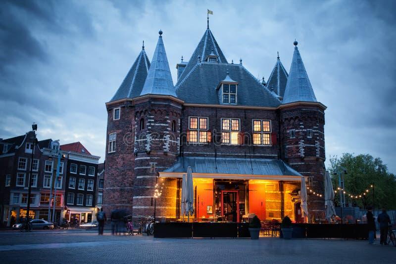 Waag na Nieuwmarkt kwadracie przy półmrokiem w Amsterdam zdjęcie stock