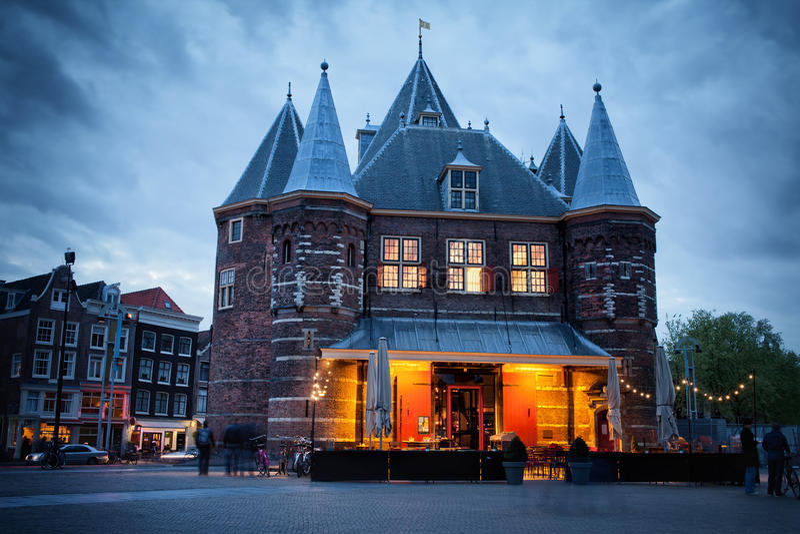 Waag op Nieuwmarkt-Vierkant bij Schemer in Amsterdam stock foto