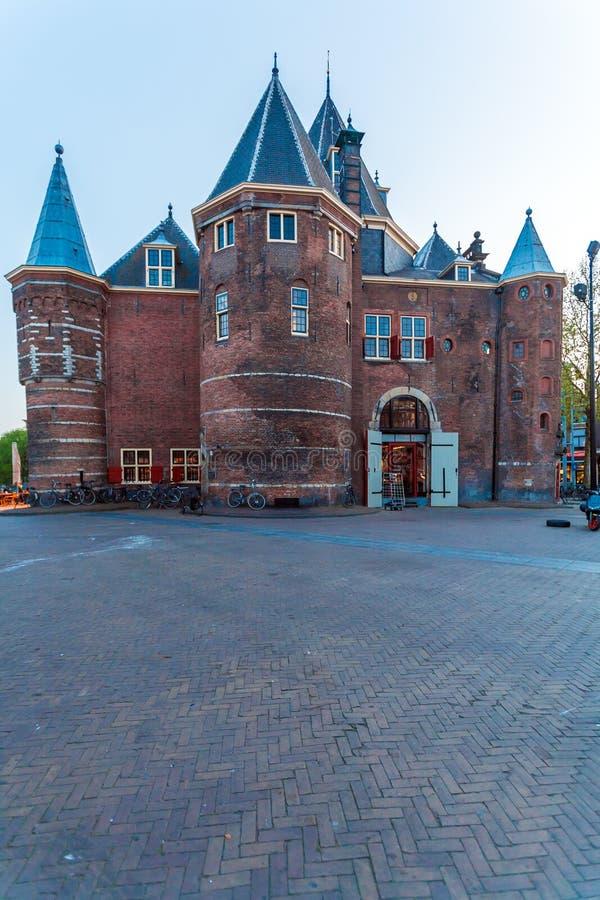 Waag & x28; weeg house& x29; na zonsondergang, Amsterdam, Nederland stock fotografie
