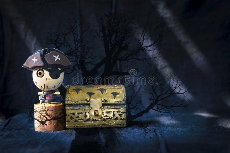 Waaide piraat geest met zijn gouden schatkistdoos over abstracte donkere boomachtergrond stock afbeelding