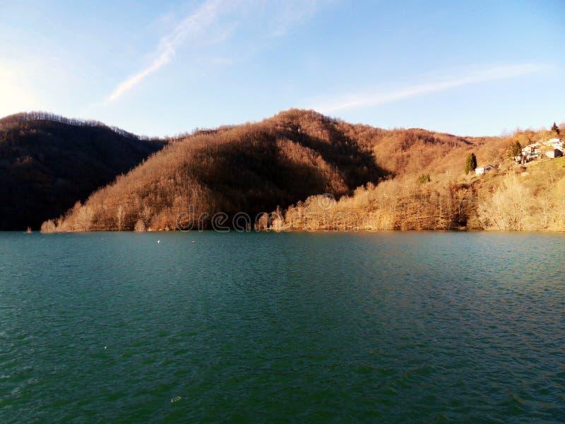 Waar de berg en het meer samenkomen royalty-vrije stock afbeelding