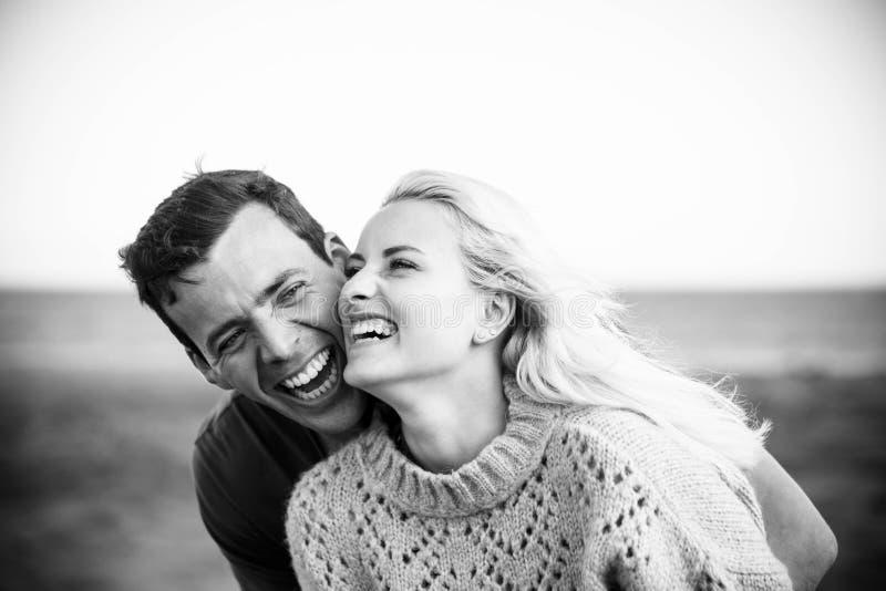 Waar en echt geluk op deze jonge mooie mensengezichten aardig blondemeisje en leuke zwarte haarkerel met grote glimlach en lach royalty-vrije stock afbeeldingen