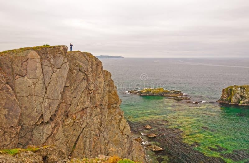 Waarnemer op Rocky Ocean Coast stock afbeelding