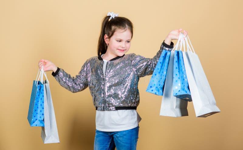 Waarom niet Vrolijk kind Meisje met giften wandelgalerij Verkoop en Kortingen opslagkleinhandel De besparing van de vakantieaanko stock foto's