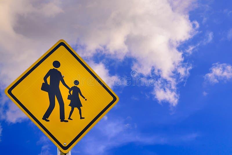Waarschuwingsbord die voor student-jonge geitjes school de straat kruisen royalty-vrije stock foto's