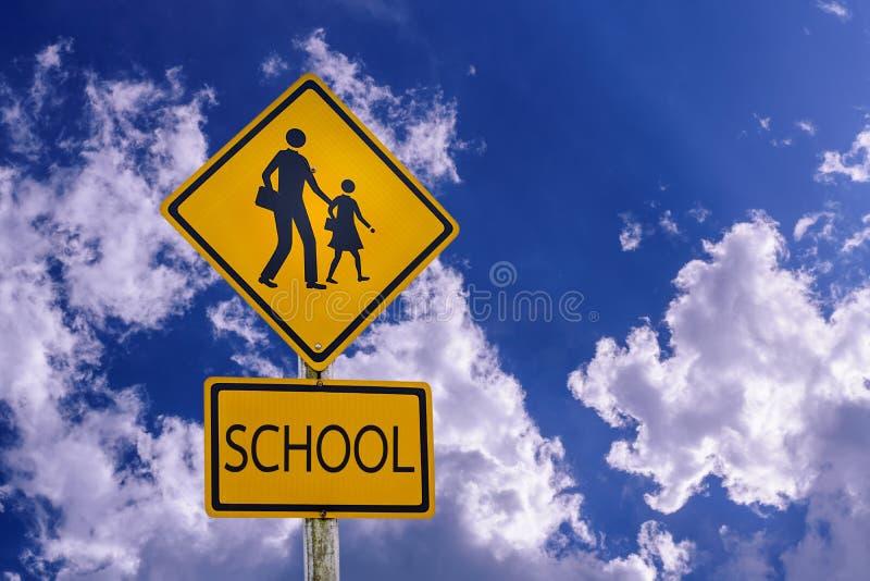 Waarschuwingsbord die voor student-jonge geitjes school de straat kruisen royalty-vrije stock afbeeldingen