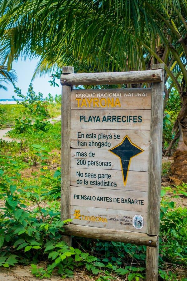 Waarschuwingsbord in het strand van het Nationale Park van Tayrona royalty-vrije stock foto