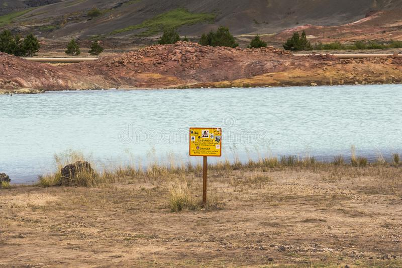 Waarschuwingsbord op blauw meer myvatn, IJsland royalty-vrije stock fotografie