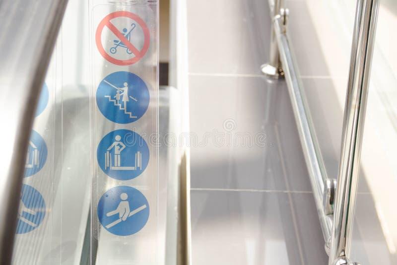 Waarschuwingsbord op roltrap in metropost Selectieve nadruk hoogste mening van roltrappen met detailtekens van symbolen een regel royalty-vrije stock foto