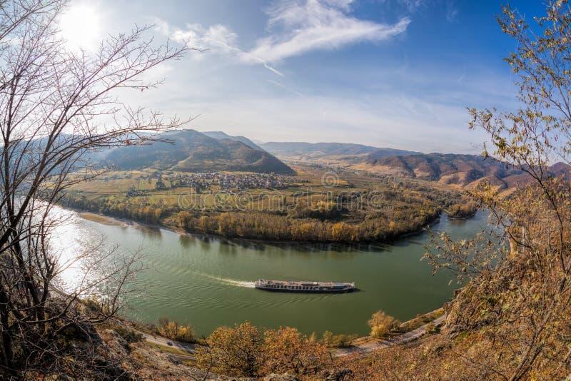 Wachau Tieftal mit Schiff gegen Herbstwald bei Duernstein Dorf Österreich stockfoto