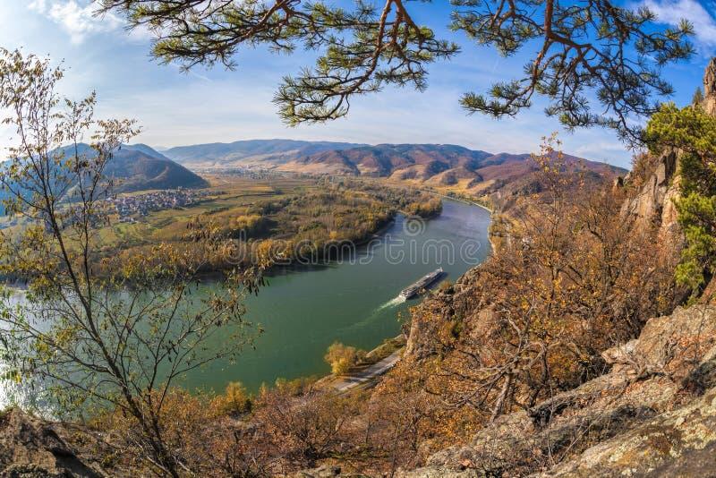 Wachau Tieftal mit Schiff gegen Herbstwald bei Duernstein Dorf Österreich lizenzfreie stockbilder