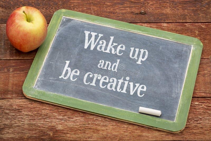 Wachen Sie auf und seien Sie auf Tafel kreativ lizenzfreie stockfotografie