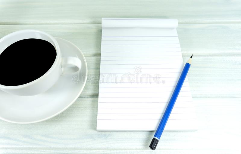 Wachen Sie zu einem heißen Kaffee auf lizenzfreies stockfoto