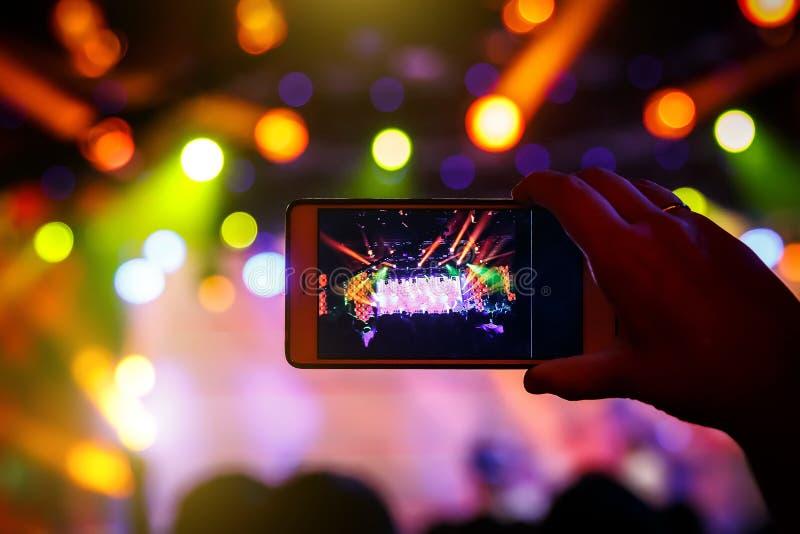 Wachluje brać fotografię koncert przy festiwalem smatphone fotografia stock