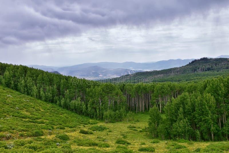 Wachposten-Durchlaufansichten der panoramischen Landschaft des Durchlaufs, der Mitte und des Heber-Tales entlang dem Wasatch Fron lizenzfreie stockfotografie