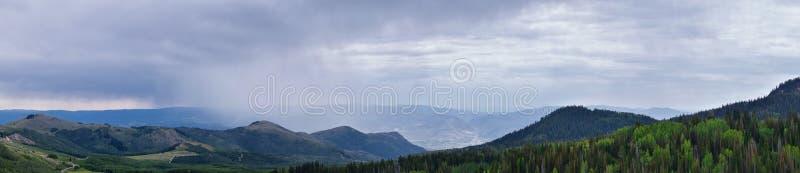 Wachposten-Durchlaufansichten der panoramischen Landschaft des Durchlaufs, der Mitte und des Heber-Tales entlang dem Wasatch Fron lizenzfreies stockbild