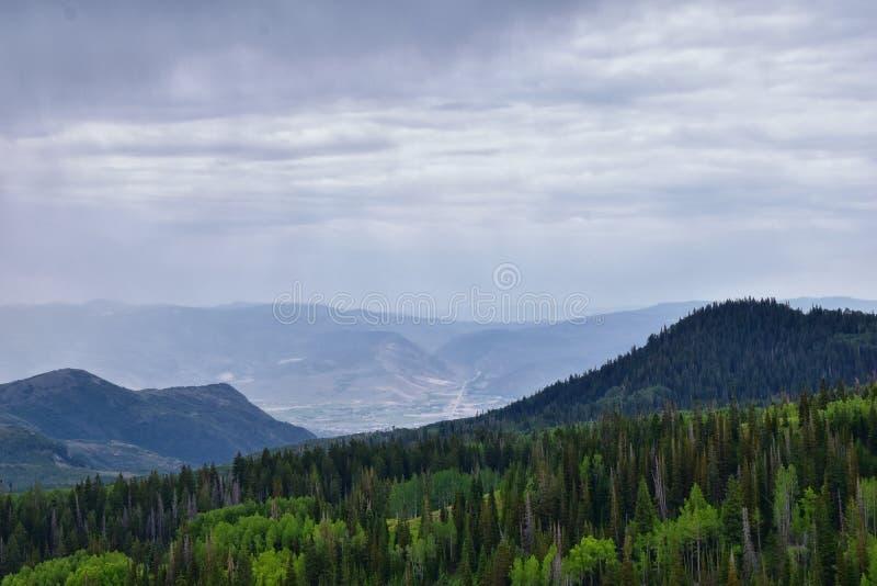 Wachposten-Durchlaufansichten der panoramischen Landschaft des Durchlaufs, der Mitte und des Heber-Tales entlang dem Wasatch Fron lizenzfreie stockfotos