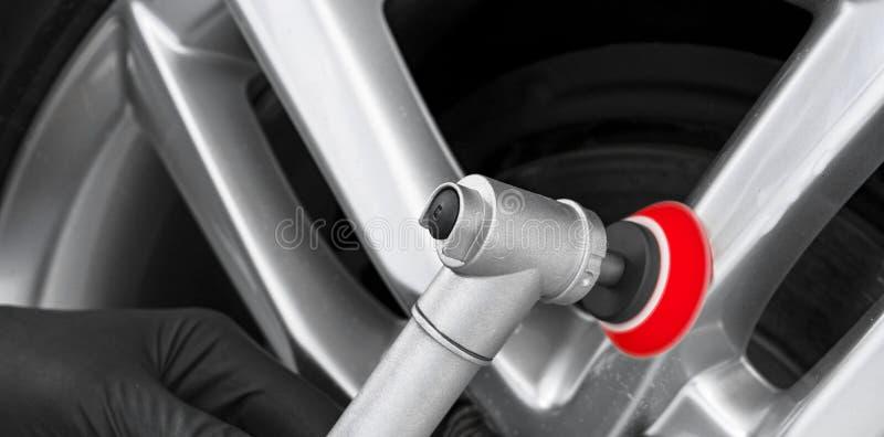 Wachs-Arbeitskrafth?nde des Autos polnische, die Rad polieren Polierende und Polierautodiskette Professionelle Autopflege Mann h? stockbild