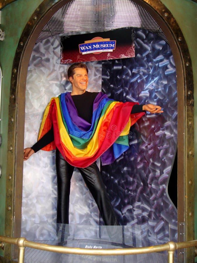Wachs-Statue von Ricky Martin eine Stolzflagge an Madame Tussauds San Francisco tragend lizenzfreie stockfotografie