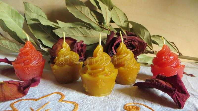 Wachsen Sie Kerzen Kuchenform in den verschiedenen Farben mit einigen Dekorationen ein stockfoto