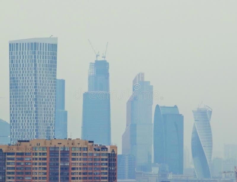 Wachsende Stadt Neue Wolkenkratzer erscheinen stockbild