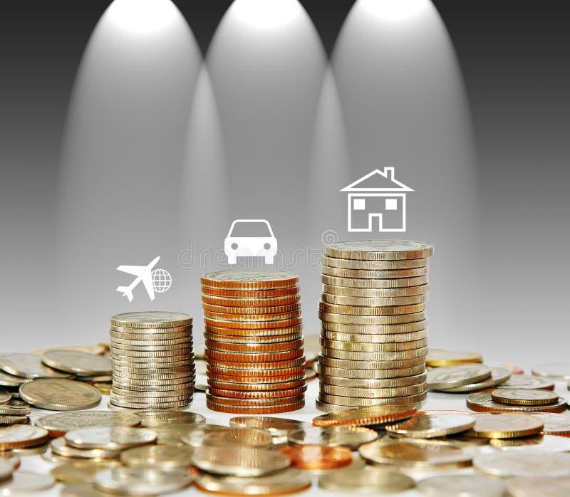 Wachsendes Diagramm des Geldmünzen-Stapels mit Ikonenreiseauto und -haus ist stockbilder
