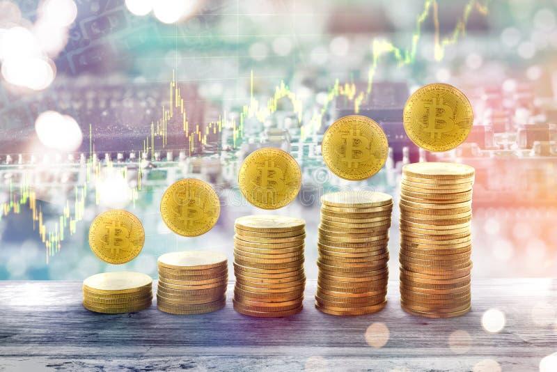 Wachsendes Diagramm des Konzeptes mit goldenem bitcoin Stapel Goldmünzen stockfotografie