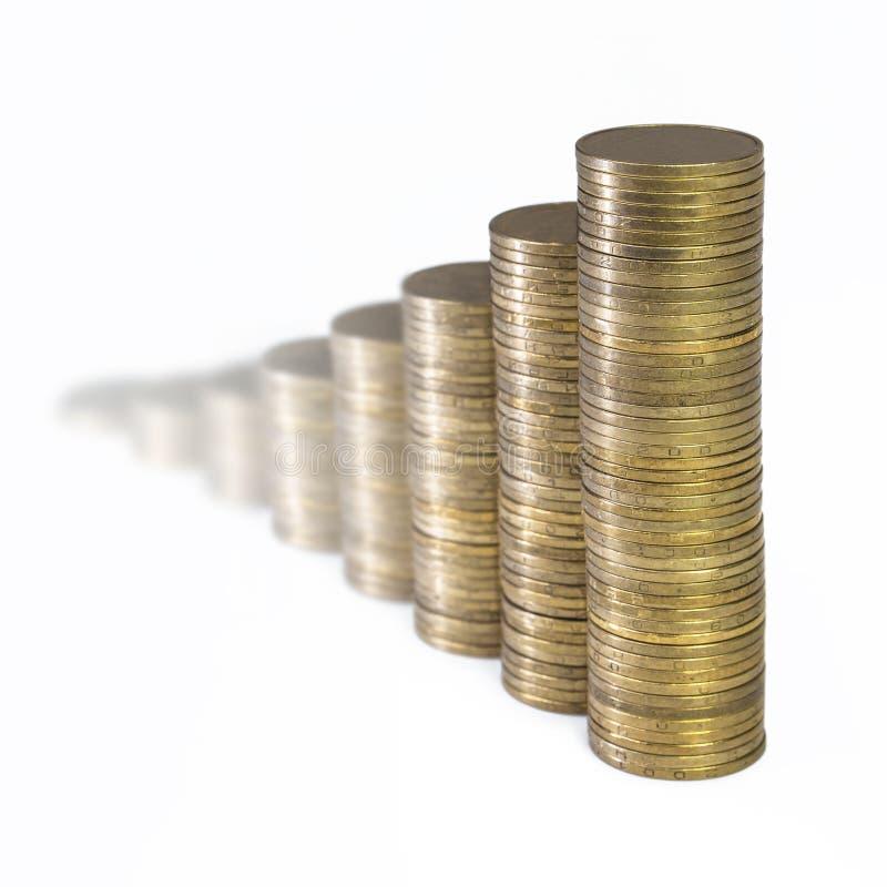 Wachsendes Diagramm von den Spalten von den goldenen Münzen lokalisiert auf weißem Hintergrund lizenzfreies stockfoto