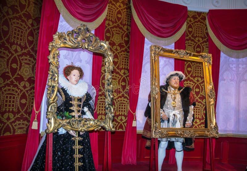 Wachsfiguren Königs Henry 8. und der Königin Elizabeth I an Madame Tussauds Wax Museum London stockbilder