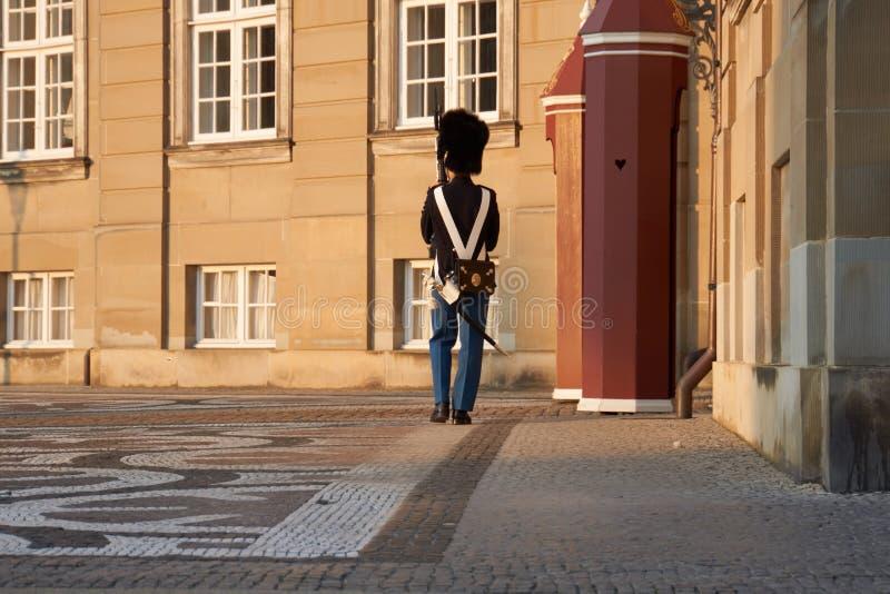 Wacht die voor kasteel marcheren amalienborg stock foto