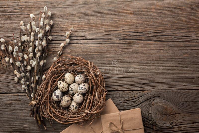 Wachteleier im Nest und in den Blumen ENV-Datei vorhanden Draufsicht mit Raum für Ihre Grüße stockfoto