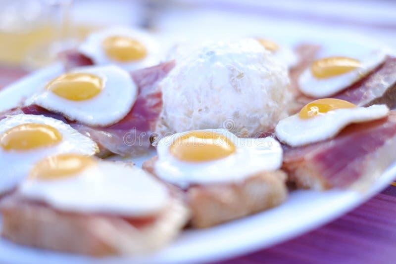 Wachteleier, -schinken und -salat von Sevilla lizenzfreie stockfotos