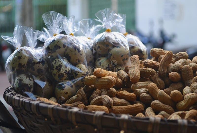 Wachteleier und -erdnüsse stockfotos