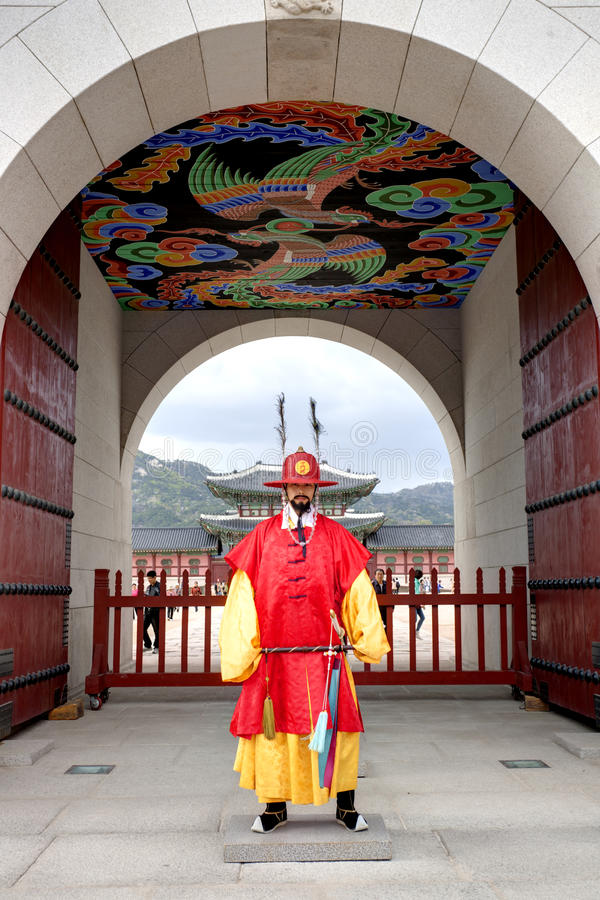 Wachten bij Gyeongbokgung-Paleis stock foto's