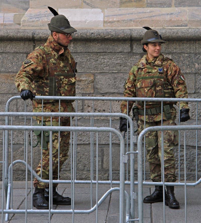 Wachten van de kathedraal van Milaan, Italië stock foto