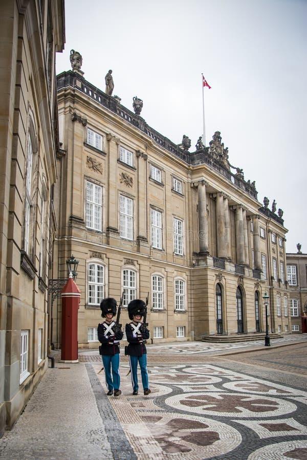 Wachten voor Amalienborg-Kasteel denemarken stock afbeeldingen