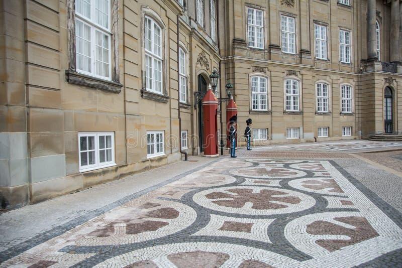 Wachten voor Amalienborg-Kasteel denemarken stock fotografie