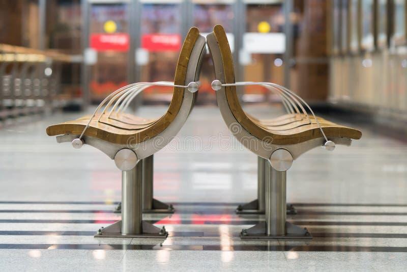 Wachtend gebied bij station Lege stoelen in parkeerplaats stock afbeelding
