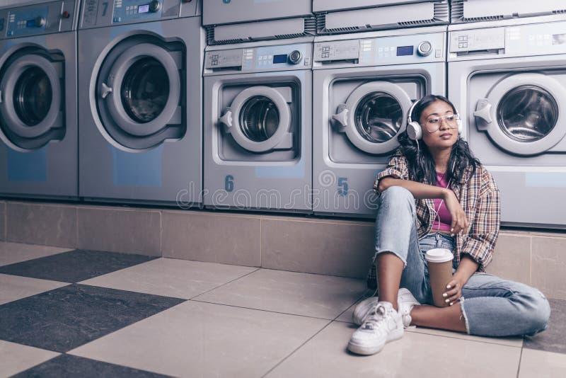 Wachtend meisje in de wasserij stock afbeelding