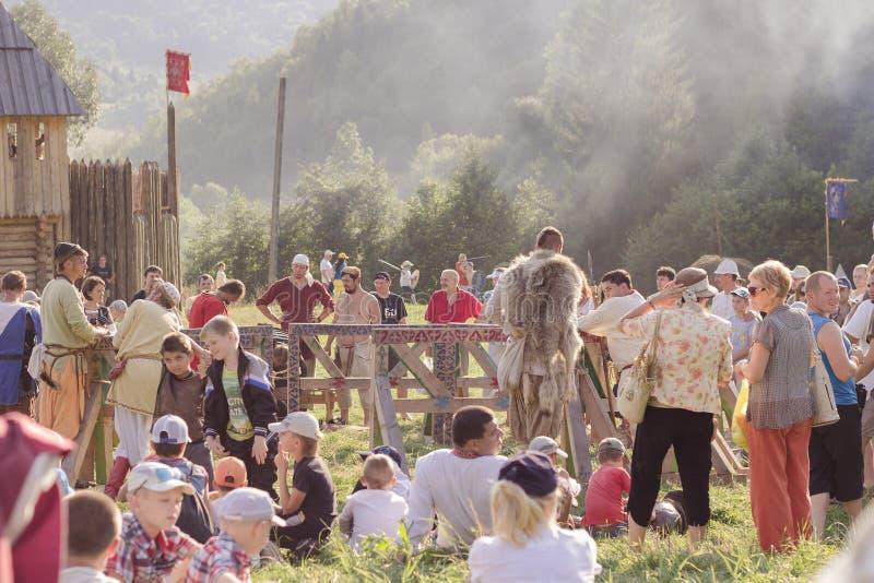 Wachtend op de show bij Tustan'-festival in Urych, de Oekraïne, Augustus stock fotografie