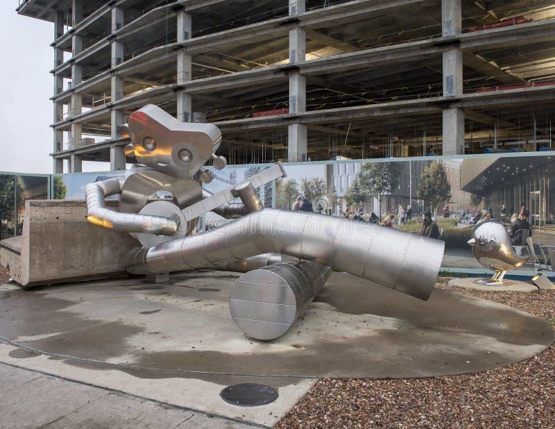 Wachtend op de Trein, een Reizend beeldhouwwerk van het Mensenroestvrije staal, Dallas, Texas stock foto's