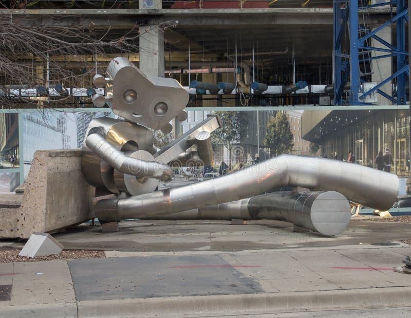 Wachtend op de Trein, een Reizend beeldhouwwerk van het Mensenroestvrije staal, Dallas, Texas stock afbeeldingen