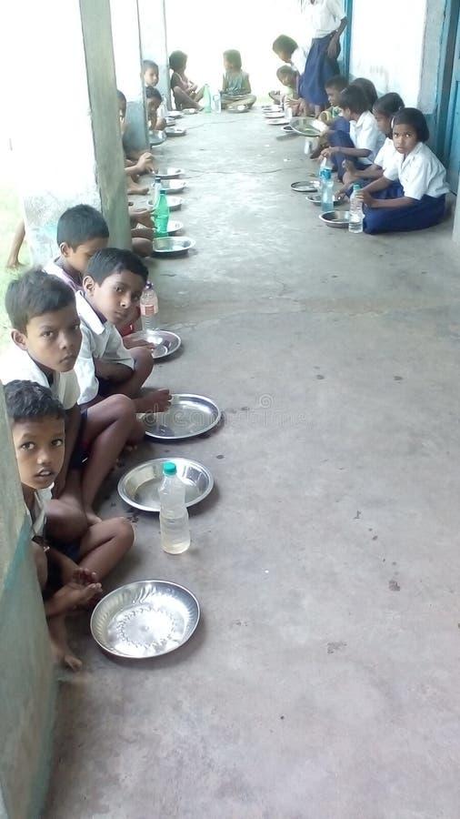 Wachtend op het voedsel het medio programma van de dagmaaltijd van UNICEF in één of andere onbekende School in India royalty-vrije stock afbeeldingen