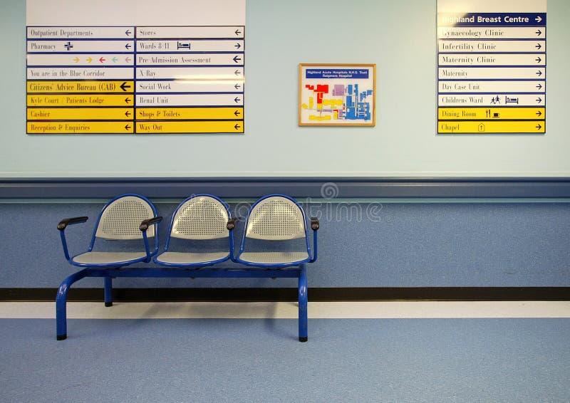 Wachtende gebiedszetels in het ziekenhuis royalty-vrije stock foto