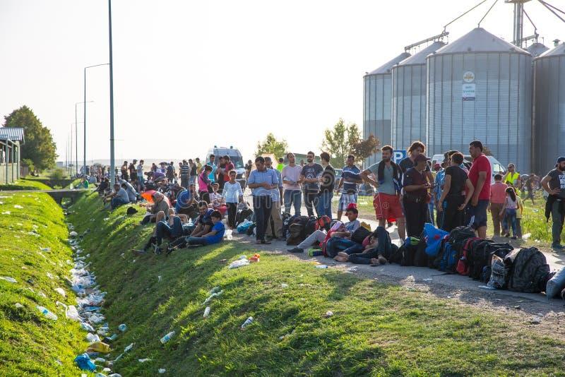 Wachtende lijn van Vluchtelingen in Tovarnik stock foto