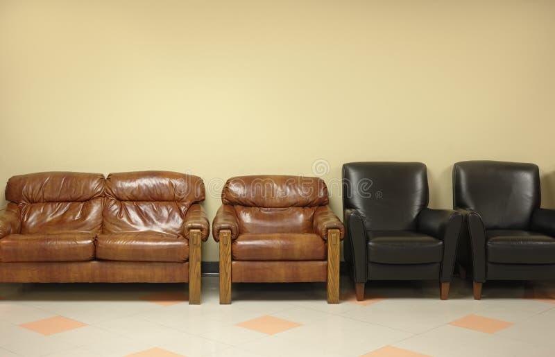 Wachtkamer met leerstoelen stock foto's