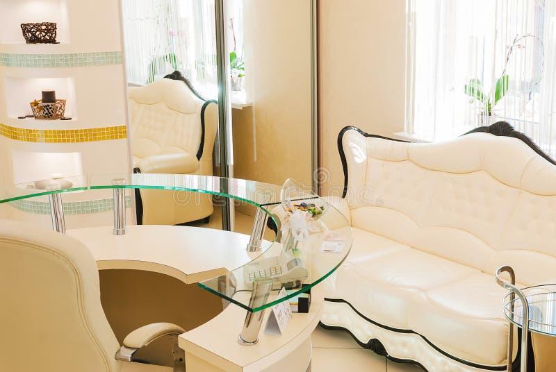 Wachtkamerbinnenland in een salon van het schoonheidskuuroord stock afbeeldingen