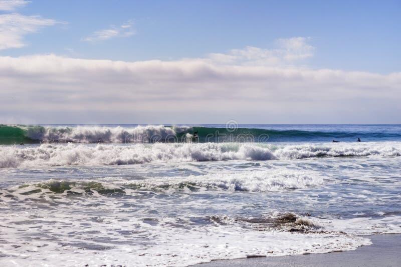 Waddellstrand en goede het surfen golven op een zonnige dag, Vreedzame Oceaankustlijn, Davenport, Californië stock afbeelding
